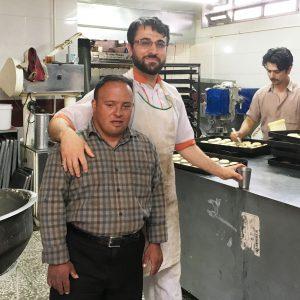Kemal leipomossa työkaveriensa kanssa